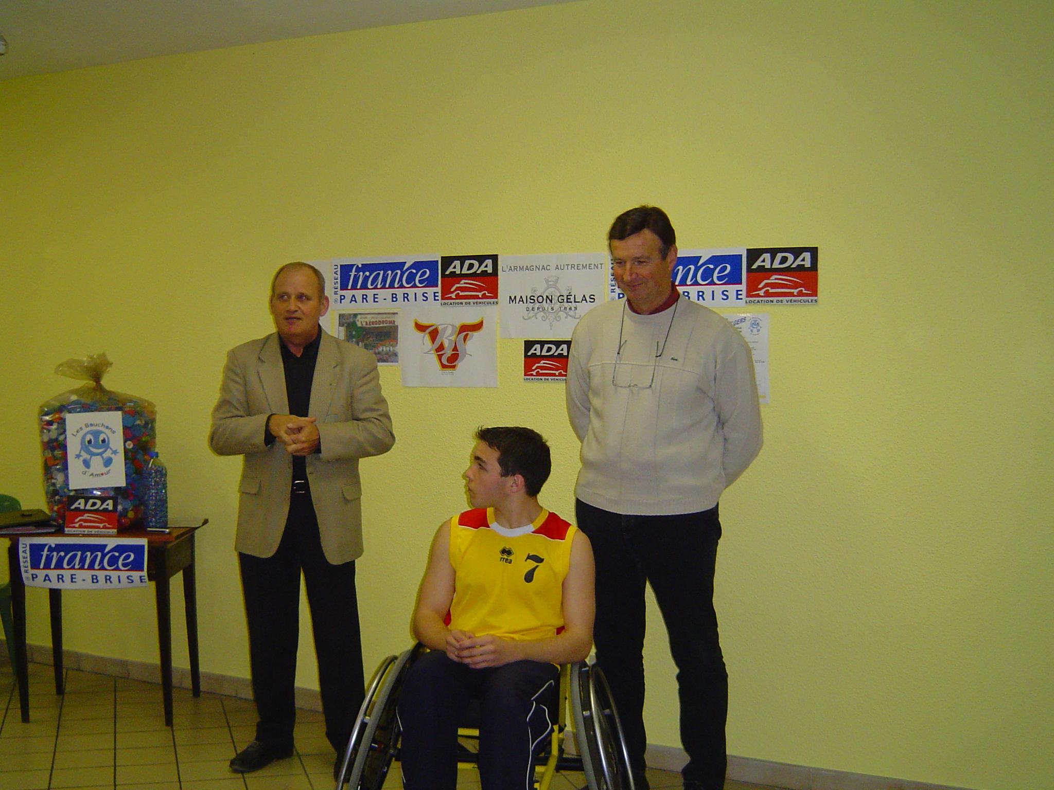remise d'un fauteuil le 8 décembre 2007 à un joueur de basket fauteuil de Pavie