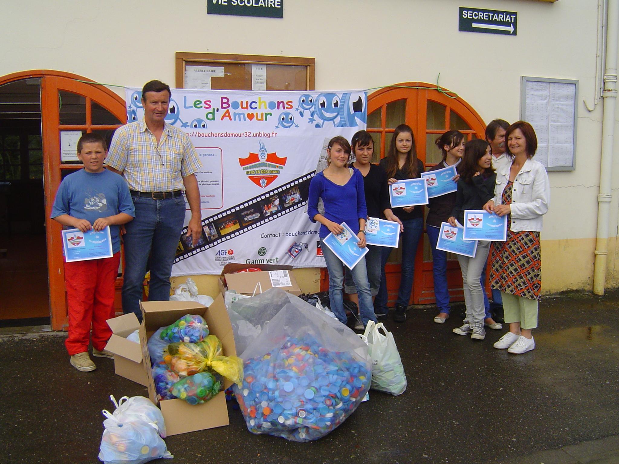 Le vendredi 5 juin 2009 les élèves du Collège de Plaisance du Gers et Nathalie Patat remettent la collecte de bouchons à Guy Marquillie et Michel Odriozola